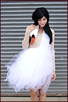 Bjork Swan Dress - 15 Innovative DIY Fashion Projects I& only concerned with the swan dress and the studded bra. If my life was ideal I would wear both of those things in my everyday life. Work Appropriate Costumes, Costumes For Work, Cool Costumes, Classy Halloween Costumes, Christmas Costumes, Christmas Gifts, Diy Carnival, Carnival Costumes, Tutorial Fantasia