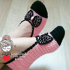 Minnie Mouse socks No patternCute Summer Slippers Crochet FA different way to assemble knitted / crocheted slippers. Much the same way a shoemaker would when cutting leather pieces for shoesThis Pin was discovered by Per Diy Crafts Crochet, Easy Crochet, Crochet Baby, Crochet Projects, Knit Crochet, Crochet Boots, Crochet Clothes, Crochet Slipper Pattern, Crochet Patterns