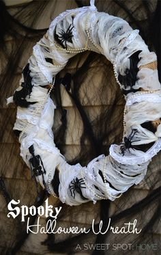 It's not too late to throw together this Spooky Halloween wreath for your home! #Halloween #autumn #fall #decorating
