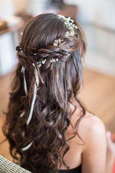 Penteado para noiva com cabelos longos. Semi preso cacheado com trança e guirlanda de flores pequenas.