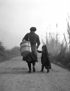 Στο δρόμο με τη σιγουριά της μαμάς 1969.φωτ.Τάκης Τλούπας