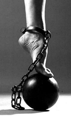 Nadie puede amar sus cadenas, aunque sean de oro puro.