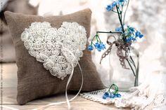Marfil y gris romántica boda arpillera cojín de encaje y perlas / almohada portador / rustica / regalo, día de San Valentín