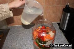 turkse ingemaakte groenten     4 augurken     4 tomaten     2 rode lange paprika     2 groene lange paprika     10 wortels     10 groene peper     4 knoflookteentjes     1 bloemkool     1 witte kool     2 eetlepels zeezout     1 glas naturel azijn
