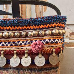 """Boho bag - Carpet bag - Tapestry bag - Tote bag met """"tribal"""" accenten..... Een nieuwe tas, gemaakt van een vloerkleed, om precies te zijn..."""