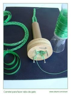 U T S U M I - Crafts with PET plastic. Spool knitting machine making cord rope with plastic. U T S U M I - Crafts with PET plastic. Spool knitting machine making cord rope with plastic. Plastic Bottle Cutter, Reuse Plastic Bottles, Recycled Bottles, Spool Knitting, Knitting Machine, Bottle Art, Bottle Crafts, Craft Font, Recycling Machines