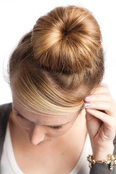 28 Super søte Bun frisyrer for jenter Sock Bun Hairstyles, Classic Hairstyles, 2015 Hairstyles, Hairstyles With Bangs, Girl Hairstyles, Alyssa Milano, Prom Hair Bun, Long Face Shapes, Medium Hair Styles