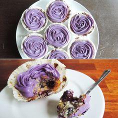 Formidable blåbærcupcakes med cremet frosting og karamelagtige noter fra den hvide chokolade.