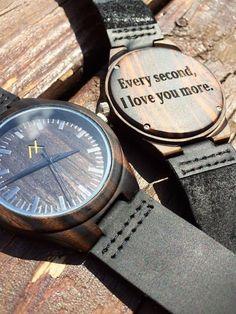 ¿Que tal un reloj personalizado con una frase de amor? Son todas buenas ideas de regalos originales para tu novio.