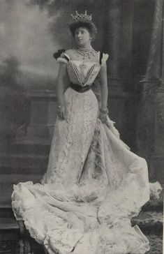 A clearer image of Almina, Countess of Carnarvon,wearing her Boucheron belle epoque tiara.