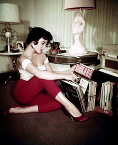 Elizabeth Taylor in a red court heel (a popular 50's style)