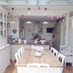 Buona sera…  Sono ancora in tempo per mostravi il bellissimo cottage inglese di Clara?  Eccolo…                            ...