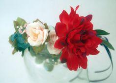couronne de fleurs et feuilles, rose, ecru, bleu, rouge. Accessoire de cheveux et coiffure pour une ceremonie, un mariage. Invitée, demoiselle d'honneur cortège, mariée. Esprit champêtre et nature. Allure chic et romantique.