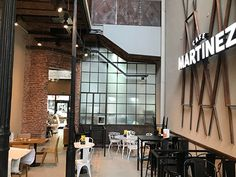 Arquitectura gastronómica en Pergamino – Café Martínez – Nueva imagen – Zona IV Art Nouveau, Loft, Conference Room, Divider, Table, Furniture, Home Decor, Commercial Architecture, Stained Glass Designs