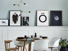 lustre-design-en-metal-chaises-et-tables-en-bois-clair-sol-en-parquet-mur-en-bleu-clair-lampe-design