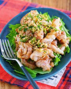 よだれが出るほどおいしいという、中華料理の「よだれ鶏」を豚肉でアレンジ! 豚肉は薄切りを使ったり、薄力粉をまぶして焼いているので、香味ダレがよくからみます。「鶏肉より豚肉のほうがいいかも!?」と思うくらい、おいしくできますよ♪