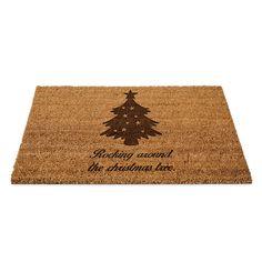 Fußmatte Weihnachtsbaum aus Fussmatte Kokos  Natur - Das Original von Mr. & Mrs. Panda.  Eine wunderschöne Fussmatte Kokos aus dem Hause Mr. & Mrs. Panda - Die Fussmatte wird sehr aufwendig graviert. Dieses besondere Fertigunsverfahren mit Naturmaterialien wurde von uns entwickelt und ist einzigartig.    Über unser Motiv Weihnachtsbaum  Ein Weihnachtsfest ohne einen schön geschmückten Baum ist undenkbar. Er ist ein Symbol für Kindheitsträume, schöne Erinnerungen an familiäre Abende und…