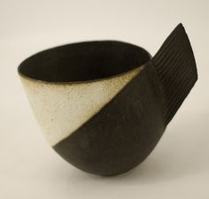 John Ward stoneware handled bowl - pottery - ceramics - by Cris Figueired♥ Ceramic Cups, Ceramic Pottery, John Ward, Potters Clay, Vase Shapes, Modern Ceramics, Ceramic Design, Ceramic Artists, Clay Art