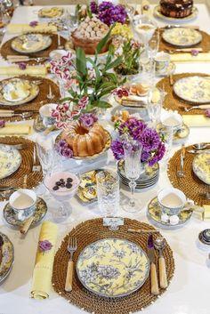 Um chá da tarde com a louça Petrópolis de Tania Bulhões nos tons de amarelo e cinza.