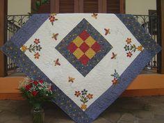 Toalha de mesa em patchwork, com aplicação em tecidos nacionais e importados, toda quiltada. Cores e aplicações variam de acordo com o gosto do cliente R$256,00