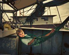 Der dreijährige Eli Stockstill auf dem Krabbenkutter seiner Großeltern, Darla...