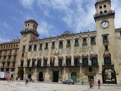 """Edificio del Ayuntamiento de Alicante, en la entrada esta la """"cota cero"""" de España."""
