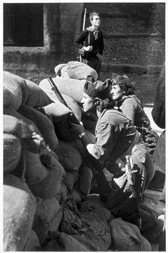 Milicianas vigilando una barricada en una calle, por Robert Capa, agosto de 1936.
