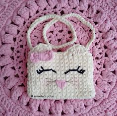 Mais uma bolsinha infantil, essa na cor off, uma gatinha super charmosa!  Design Mirele Crochê  Encomendas por direct ou WhatsApp… Crochet Purses, Purses And Bags, Hello Kitty, Diy And Crafts, Beanie, Design, Crochet Pouch, Cute, Farmhouse Rugs