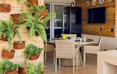 varanda de 43 m² três ambientes: cozinha gourmet, sala de almoço e sala de estar. Todos são integrados à cozinha.