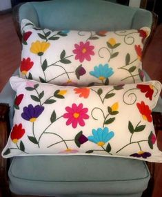 almohadones bordados by Sally Godwin Hand Embroidery Videos, Hand Embroidery Flowers, Hand Embroidery Designs, Embroidery Patterns, Cushion Embroidery, Embroidered Cushions, Crewel Embroidery, Mexican Embroidery, Fabric Painting