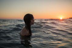 Y el sol baja poco a poco para empezar a soñar entre sábanas de agua ------------------------------ Hay personas que justifican su crueldad con un: es que el mundo está contra mi ------------------------------ Fot.: AAlbi / Rebecca Rocchi #atardecer #sunset #agua #water #mar #sea #oceano #ocean #sol #sun #mujer #woman #unadecalyotradearena #elmundoestaloco #paz #peace #calm #calma #relax