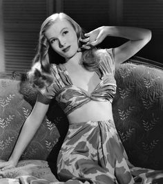 Veronica Lake Lake was born as Constance Frances Marie Ockelman in Brooklyn, New York. In 1938 Lake moved with her mother and stepfather to Beverly Hills, where her mother enrolled her in. Golden Age Of Hollywood, Vintage Hollywood, Hollywood Glamour, Hollywood Stars, Hollywood Actresses, Classic Hollywood, Actors & Actresses, Female Actresses, Hollywood Fashion