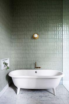 Badezimmer mit blauen Fliesen #badezimmer #bathroom #interiordesign #einrichtungsideen
