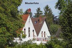 Einfamilienhaus in Stronsdorf  zum Kauf mit 4 Zimmer, 90 m² Wohnfläche und 457 m² Grundstück. Ausstattung: Zwangsversteigerung. Cabin, House Styles, Home Decor, Moving Costs, Detached House, Real Estates, Homes, Decoration Home, Room Decor