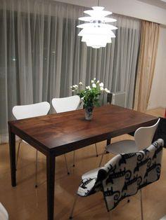 家具工房クラポ・ウォールナットのテーブルと白いセブンチェア