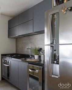 Pequena cozinha: 70 ideias fofas com dicas para você copiar! - home.u - Cozinha Black Kitchen Cabinets, Black Kitchens, Home Kitchens, Apartment Kitchen, Home Decor Kitchen, Kitchen Ideas, Küchen Design, Interior Design, Cuisines Design