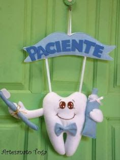 Resultado de imagem para guirlanda de dentista feltro Clay Crafts, Felt Crafts, Diy And Crafts, Cute Backgrounds For Phones, Felt Puppets, Birthday Charts, Plushie Patterns, Dental Art, Fairy Gifts