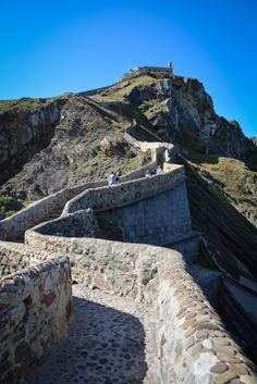 Der Game of Thrones 7 Drehort San Juan de Gaztelugatxe befindet sich im spanischen Baskenland. Eine Einsiedelei auf einer Insel, die über eine steile Treppe und eine Brücke zu erreichen ist. Spektakulär und atemberaubend schön. Wir klären auf, was man bei einem Besuch alles beachten muss. #spanien #baskenland #gameofthrones #gameofthrones7 #got #got7 #kloster