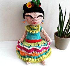Bambola realizzata a crochet, tecnica amigurumi, raffigurante una interpretazione dell' artista messicana Frida Kahlo. Realizzata interamente in cotone con piccoli inserti in pan - 9770665
