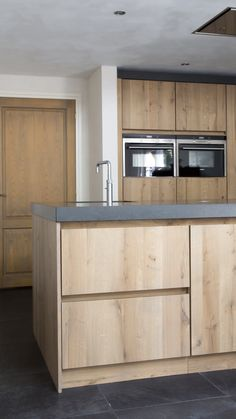 Rural modern, custom-made handle-free solid oak kitchen with a sleek smooth front, Handleless kitchen in solid oak in modern style # oak kitchen # modern kitchens # kralkitchens # custom kitchen. Modern Kitchen Cabinets, Kitchen Cabinet Design, Modern Kitchen Design, Interior Design Kitchen, Kitchen Island, Kitchen Cabinets Without Hardware, Walnut Kitchen, Narrow Kitchen, Kitchen Backsplash