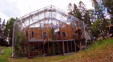 Vet! Dit Zweedse gezin bouwde hun huis in een kas en leven nu bijna volledig zelfvoorzienend én besparen bijna de helft op hun energiekosten.