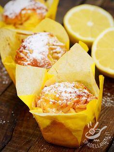 I Muffins alla scorza di limone caramellata sono il dessert ideale per arricchire il campionario di ricette originali e golose di muffins! #muffinallimone #muffinlimone