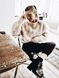 Many people love casual style for its functionality and comfort. Casual outfit makes up the majority of what most people wear. But this style Casual Fall Outfits, Winter Outfits, Autumn Outfits For Teen Girls, Classy Outfits, Casual Wear, Black And White Outfit, Black Boots, Black Jeans, Look Fashion