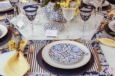 A louça vista alegre Transatlântica compõe a mesa de hoje que montamos com uma das nossas combinações favoritas: azul, branco e amarelo!
