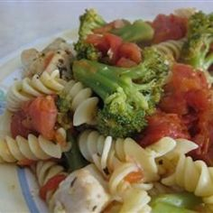 A quick dish for those weekday family meals - Chicken and Broccoli Pasta Pasta Recipes, Great Recipes, Chicken Recipes, Cooking Recipes, Favorite Recipes, I Love Food, Good Food, Yummy Food, Healthy Cooking
