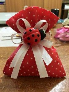 sacchetto con coccinella calamita o portachiavi Family Set, Potpourri, Confetti, Red And White, Favors, Gift Wrapping, Baby Shower, Homemade, Christmas Ornaments