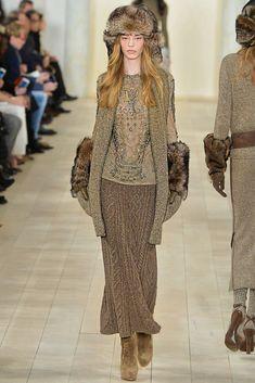 Вы, наверное, сами замечали, что дизайнеры высокой моды частенько одевают манекенщиц в ансамбли, которые сошли бы за одежду жительниц Страны Чудес, и вязаные вещи здесь не исключение. Такие работы хорошо стимулируют фантазию и выдумку, но в обычной жизни в них не пощеголяешь :) Я постаралась подобрать комплекты с вязаными вещами, которые мне кажутся пригодными для жизни...