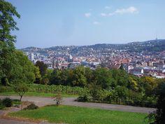 Der Bergrücken der Karlshöhe mit seinen Weinbergen, Gärten und öffentlichen Grünanlagen liegt zwischen Stuttgart-Süd und Stuttgart-West.  Von hier oben bietet sich ein herrlicher Blick über die Innenstadt. 1889 bis 1896 gestaltete der Verschönerungsverein den Gipfel der Karlshöhe als öffentlichen Park, für die Bundesgartenschau 1961 wurden die Grünanlagen am südlichen und nördlichen Hang geschaffen.  Genießen mit Aussicht: Auf der Panorama-Terrasse der Karlshöhe Stuttgart versorgt ein…