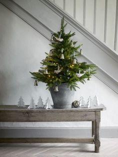 Prachtige sfeer voor brocante kerst. Kijk bij www.old-basics.nl voor mooie oude brocante banken, salontafels en zinken emmers & teilen