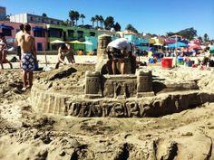 """concurso de castillos de arena Begonia Festival. begonia festival mural. #SantaCruz #Capitola  Conoce más en nuestro #artículo: """" CALIFORNDIVERSION: Verano En Santa Cruz"""". #EstadosUnidos #California #Blog #TravelBlog #BlogDeViajes #BegoniaFestival"""